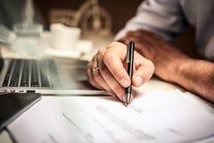 Фокус документа знака руки бизнесмена Стоковые Изображения