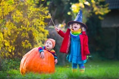 Фокус детей или обрабатывать на хеллоуине стоковое изображение