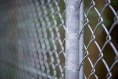 Фокус макроса на стальном поляке загородки звена цепи Стоковые Фотографии RF