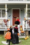 Фокус маленьких детей или обрабатывать на хеллоуине стоковое фото rf