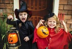 Фокус маленьких детей или обрабатывать на хеллоуине стоковые изображения