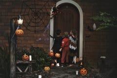 Фокус маленьких детей или обрабатывать на хеллоуине стоковая фотография