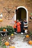 Фокус маленьких детей или обрабатывать на хеллоуине стоковое фото