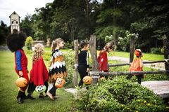 Фокус молодых парней или обрабатывать во время хеллоуина стоковое изображение