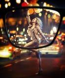 Фокус на белокурой радостной даме стоковые изображения