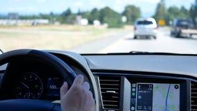 Фокус на приборной панели автомобиля пока вождение автомобиля