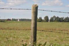 Фокус на проволочной изгороди колючки Стоковое Изображение