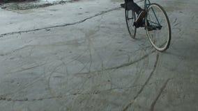 Фокус на фиксированном велосипеде шестерни видеоматериал