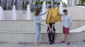 Фокус показа Illusionist с связанными руками и веревочка для passersby на улице сток-видео