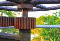 Фокус ржавого клапана воды toothed колес шестерни старого отборный с малой глубиной поля Стоковое Изображение