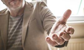 Фокус руки помощи Старший бизнесмен стоковые фото