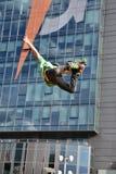 Фокус скачки Rollerblade на предпосылке города Стоковое фото RF