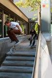 Фокус скейтборда попыток человека трудный пока снимаемый стоковые фотографии rf