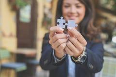 Фокус соединения на пробовать рук делает головоломку Стоковое Изображение