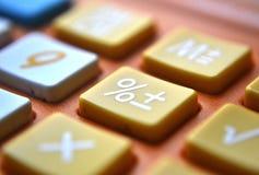 Фокус съемки конца-вверх калькулятора на проценте стоковая фотография