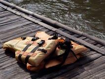 Фокус съемки на светлооранжевые спасательные жилеты на старом деревянном raf Стоковые Изображения