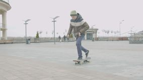 Фокус shuvit предназначенного для подростков конькобежца практикуя в городской площади