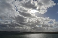 Фолклендские острова, драматические облака с солнцем позади стоковые изображения rf