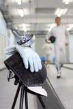 Фольга, маска и перчатка на fencer ot предпосылки Стоковые Изображения