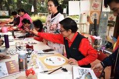 Фольклорный мастер который делает китайские вентиляторы стоковое изображение