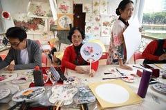 Фольклорный мастер который делает китайские вентиляторы стоковое изображение rf