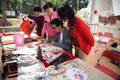 Фольклорный мастер который делает китайские вентиляторы стоковая фотография rf
