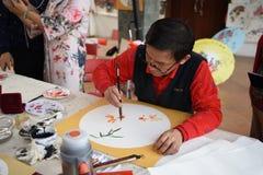 Фольклорный мастер который делает китайские вентиляторы стоковые фотографии rf