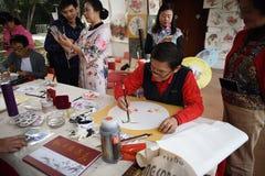 Фольклорный мастер который делает китайские вентиляторы стоковые изображения rf