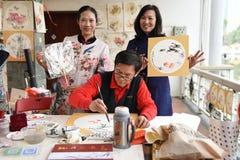 Фольклорный мастер который делает китайские вентиляторы стоковые изображения