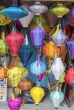 Фонарики на старом городке ходят по магазинам в Hoi, Вьетнаме стоковое изображение rf