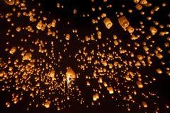 Фонарики неба, Loy Krathong и фестиваль Yi Peng Чиангмай, Tha Стоковые Изображения