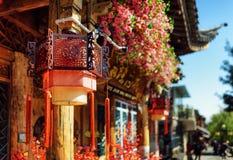 Фонарики улицы традиционного китайския и крыша, Lijiang, Китай Стоковые Фотографии RF