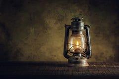 Фонарик масла лампы керосина горя с светом зарева мягким на постаретом w Стоковое Фото