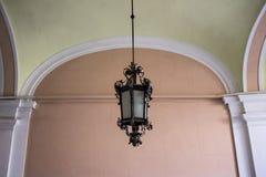 Фонарик на стене дома, конец винтажной старой классики улицы железный и стеклянный вверх стоковые изображения rf