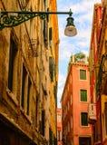 Фонарик на узкой улице Стоковые Изображения