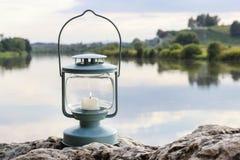 Фонарик на утесе, озеро на заднем плане Стоковое Изображение RF