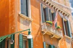 Фонарик на фасаде живописных домов в Венеции Стоковое Изображение RF