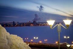 Фонарик освещает город ночи Стоковые Изображения RF