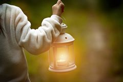 Фонарик освещает дорогу стоковое фото rf