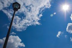 Фонарик против неба стоковое фото
