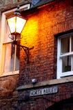 Фонарик светя в сумраке стоковая фотография