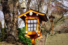 Фонарик традиции сделанный от древесины в японском виске Стоковая Фотография RF
