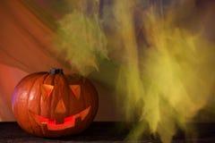 Фонарик тыквы хеллоуина на покрашенной silk предпосылке стоковое изображение rf