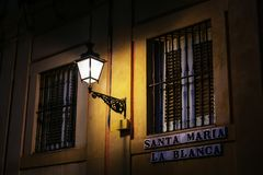 Фонарик улицы на стене дома в старом городке Севильи, Испании стоковое фото