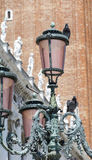 Фонарик улицы на красивой винтажной предпосылке здания Стоковая Фотография