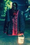 Фонарик хеллоуина владением черепа Стоковое Изображение