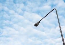Фонарный столб улицы под couldy небом Стоковое Фото