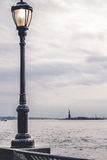 Фонарный столб на дорожке парка в Манхаттане Стоковое Изображение