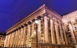 Фондовая биржа дворца на ноче, Парижа Парижа Brongniart, Франции Стоковое Изображение RF