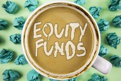 Фонды акций текста сочинительства слова Концепция дела для инвесторов пользуется большие льготами при долгосрочные инвестиции нап стоковое изображение rf